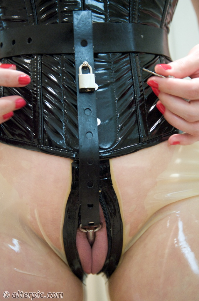Pussy lips with spreader bar